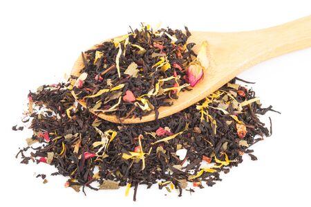 Schwarzer trockener Tee mit Früchten und Blütenblättern