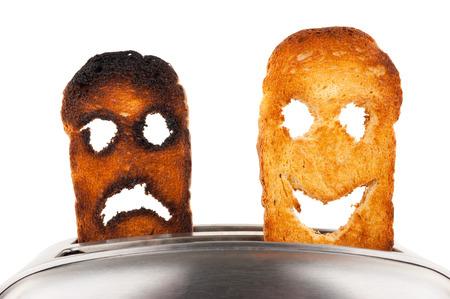 Toast met smileygezicht in broodrooster