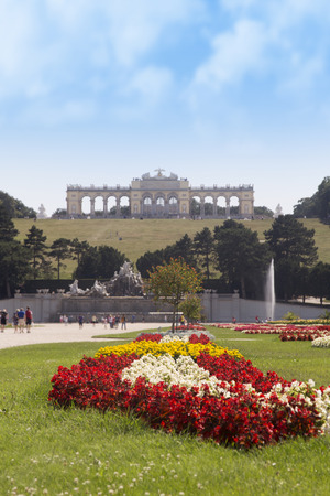 Beautiful Garden Of The Schönbrunn Palace With Gloriette In The Background in Vienna, Austria 免版税图像