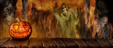 Citrouille d'Halloween effrayante sur une table en bois la nuit. Avec fond d'horreur Mistery avec cimetière, Faucheuse de la mort, Illustration 3D de fumée et de feu