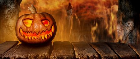 Citrouille d'Halloween effrayante sur une table en bois la nuit. Avec fond d'horreur Mistery avec illustration 3D de cimetière et de feu Banque d'images