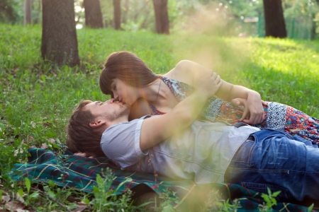Young couple on a romantic picnic in a park on a sunny day outdoors Reklamní fotografie