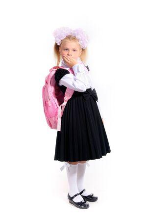 schooler: Giovane ragazza in uniforme scolastica con una giacca rosa e zainetto liceale in posa in studio su bianco Archivio Fotografico