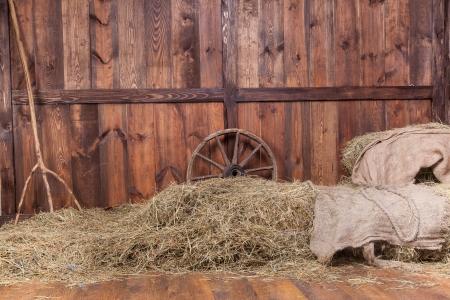 農村の納屋の内部木材および干し草の背景