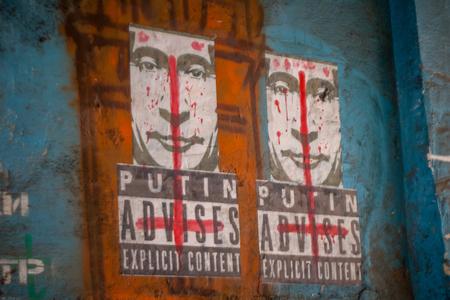 esplicito: Lviv, Ucraina - 22 FEB 2015: Putin consiglia contenuto esplicito graffiti