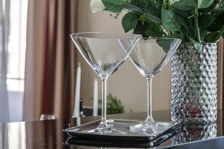 empty martini glasses and flower vase on kitchen counter Standard-Bild - 101554071