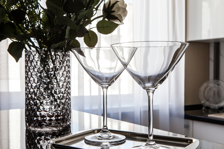 empty martini glasses and flower vase on kitchen counter Imagens