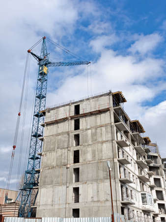 The Construction of a Multi-Storey Panel Residential Building, A Cargo Tower Jib Crane Works with Cargo Foto de archivo