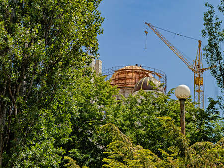 Installers Revet with A Golden Patina the Dome of an Orthodox Church Under Construction in One of the Districts of Odessa Stock fotó