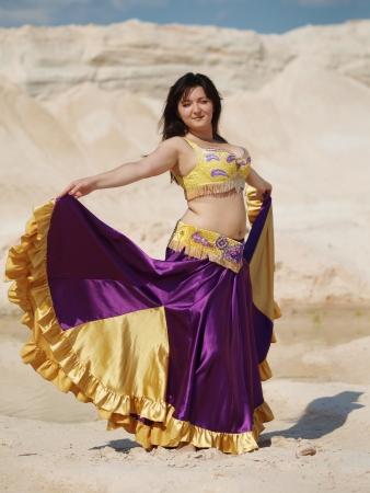 danseuse orientale: Danseur dans la robe violacée Banque d'images