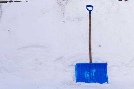 Snow cleaning shovel near the house  Imagens