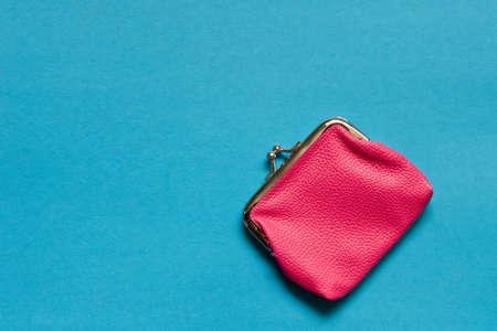 Cartera rosa sobre fondo azul. De cerca. Vista superior Foto de archivo
