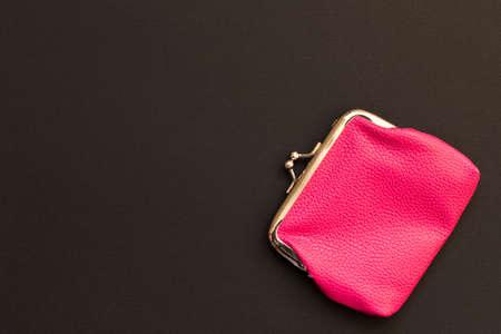 Cartera rosa sobre fondo negro. De cerca. Vista superior.