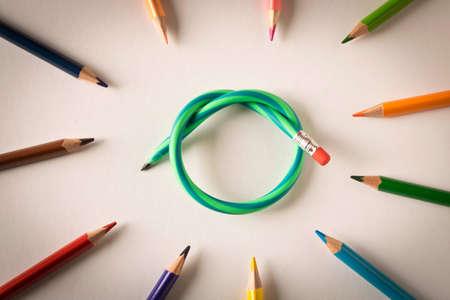 Crayons de couleur avec un crayon souple sur fond blanc. Le concept de flexibilité dans la prise de décision