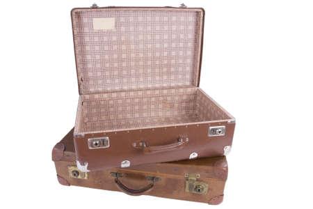 maleta: dos maletas viejas aislados en el fondo blanco