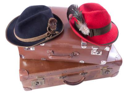 화이트 이상의 전통 바바리아 모자와 함께 두 빈티지 가방