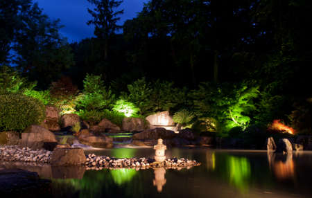 밤에 일본 정원에서 폭포