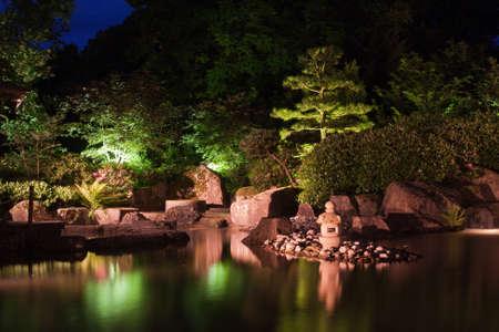 밤에 정원 일본의 등불