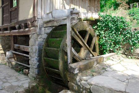 molino de agua: antiguo aserradero histórico en Gabrovo, Bulgaria
