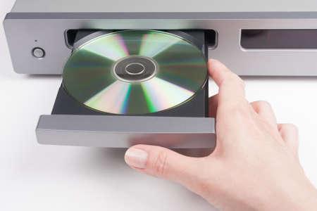 손은 CD 플레이어에 디스크를 삽입