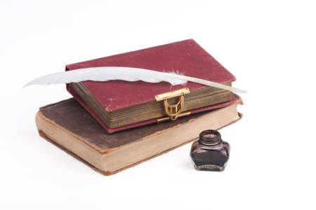 pluma de escribir antigua: libros antiguos y pluma pluma sobre un fondo blanco