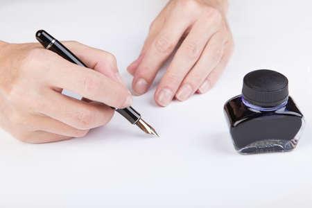testament schreiben: weibliche Hand schreibt der alten Füllfederhalter