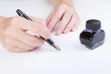 testament schreiben: female hand writes of the old fountain pen Lizenzfreie Bilder