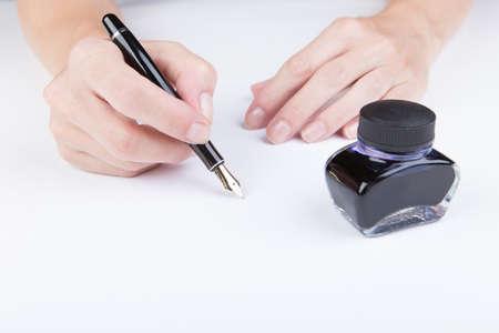 testament schreiben: weibliche Hand schreibt der alten F�llfederhalter