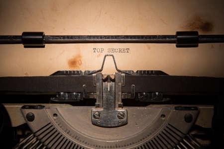 이전 타이핑 기계에 인쇄 된 최고 비밀 메시지
