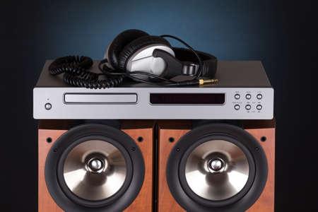 검정 배경 위에 cd 플레이어 헤드폰 높은 스피커 타워