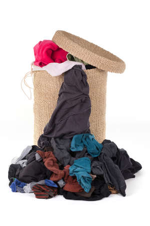lavanderia: Cesta de lavadero con colorida ropa sobre blanco