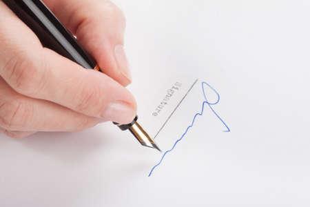 testament schreiben: Eine weibliche Handzeichen des alten Füllfederhalter