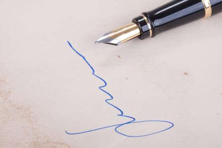 testament schreiben: Unterschrift auf altem Papier mit alten Füllfederhalter
