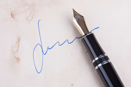 testament schreiben: Signature on old paper with old fountain pen