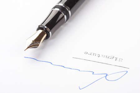 testament schreiben: Unterschrift auf weißem Papier mit alten Füllfederhalter