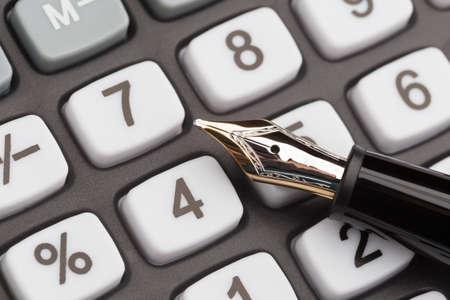 Vulpen liggend op calculator