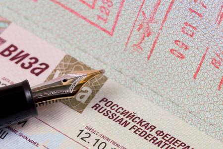 만년필과 함께 러시아 연방에 비자와 함께 독일어 여권
