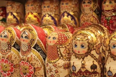 A lot of souvenirs of golden nesting dolls. Many colored golden nesting dolls. Фото со стока