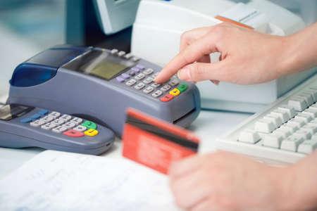 tarjeta de credito: Lectura de la tarjeta de cr�dito en el lector de tarjetas de cr�dito