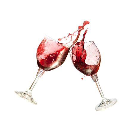 Dos copas de vino que tintinean Juntos en un pan tostado y ostentosos en el backgroung blanco. Vino Tinto.