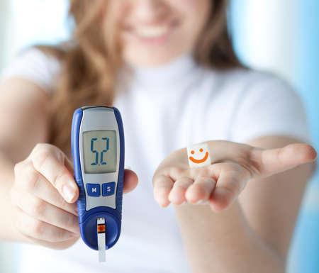 Vrouw Diabetische doet een glucose niveau vinger Bloed Test thuis. Normale niveau van de bloedsuikerspiegel