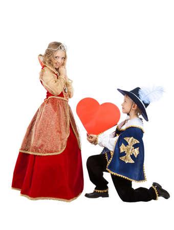 Portrait de Happy Little Boy et Girl sont dans les costumes de carnaval mousquetaire et Qween Banque d'images - 86499830