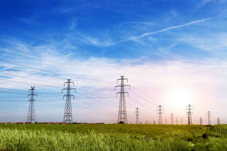 Landschaft Der Stromleitung Der Elektrischen Drähte Am Blauen Himmel ...