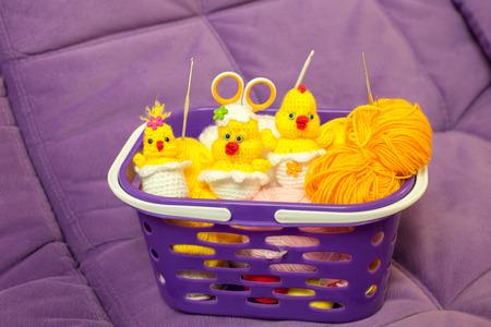 pollitos: Pollos tejidos en canasta con hilo y ganchos