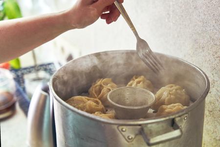 Manta alimentare nazionale uzbeko, come gnocchi, in un piroscafo, cibo al vapore.