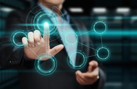 사업가 가상 스크린에 버튼을 누르면입니다. 미래 지향적 인 인터페이스를 가리키는 남자. 혁신 기술 인터넷 및 비즈니스 개념입니다.