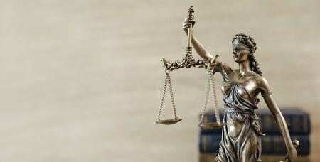 Themis standbeeld Justitie schalen wet advocaat concept.