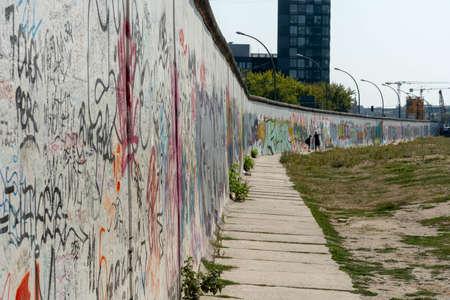 Berlin Wall Editöryel