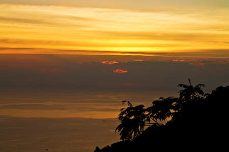 horizont: Beautiful sunset over the sea with clouds on a horizont