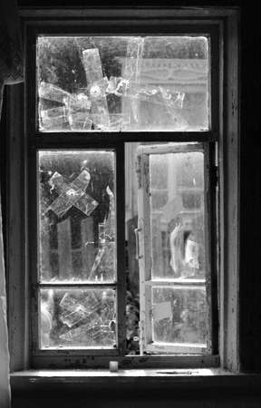ventana rota: rota ventana pegados pc cinta Foto de archivo
